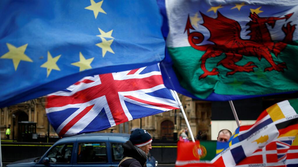 Las banderas ondean afuera de las Casas del Parlamento, luego de que el acuerdo Brexit de la primera Ministra Theresa May fuera rechazado, en Londres,Reino Unido, el 16 de enero de 2019.