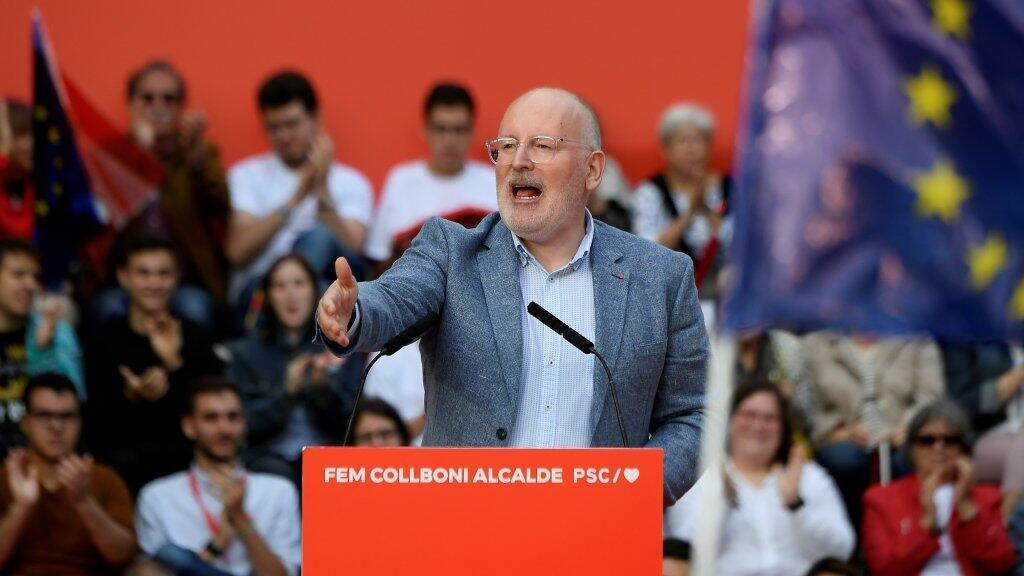 المفوض الأوروبي وزعيم العمال فرانس تيمرمانس يلقي خطابا في برشلونة 23 مايو/أيار 2019