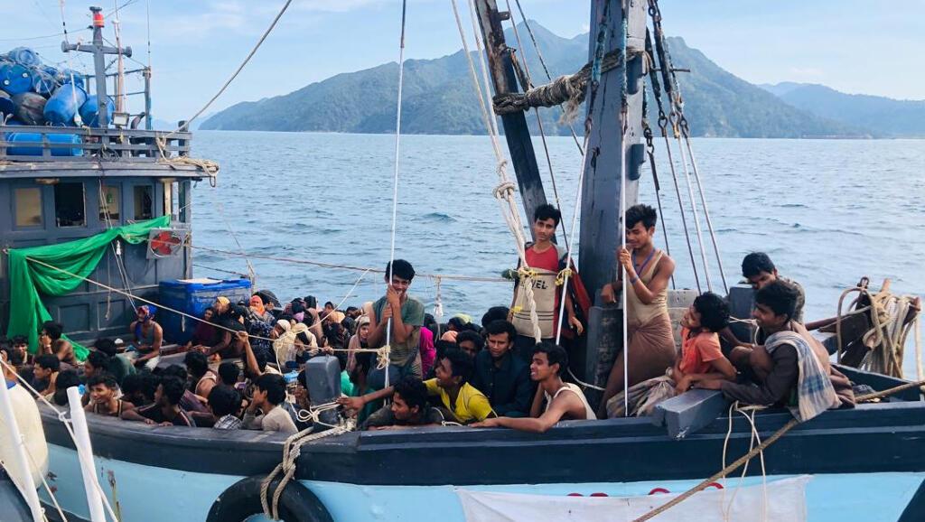 Este bote con personas de la etnia rohingya a bordo fue detenido en Langkawi, Malasia, el 5 de abril de 2020 durante las restricciones por el Covid-19.