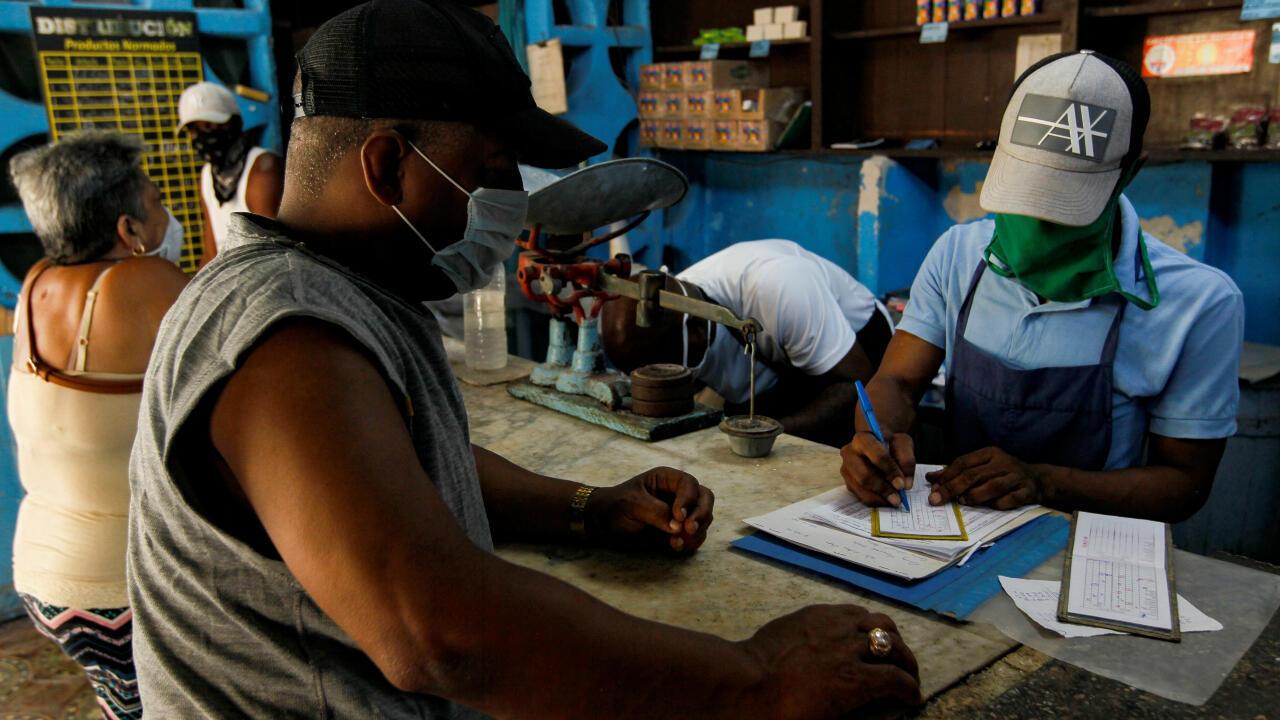 La libreta de racionamiento en Cuba ha servido para evitar aglomeraciones de personas durante la pandemia por Covid-19