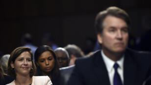 Le 4 septembre 2018, le candidat à la Cour suprême Brett Kavanaugh (au premier plan) se prête aux questions de la commission des affaires judiciaires du Sénat.