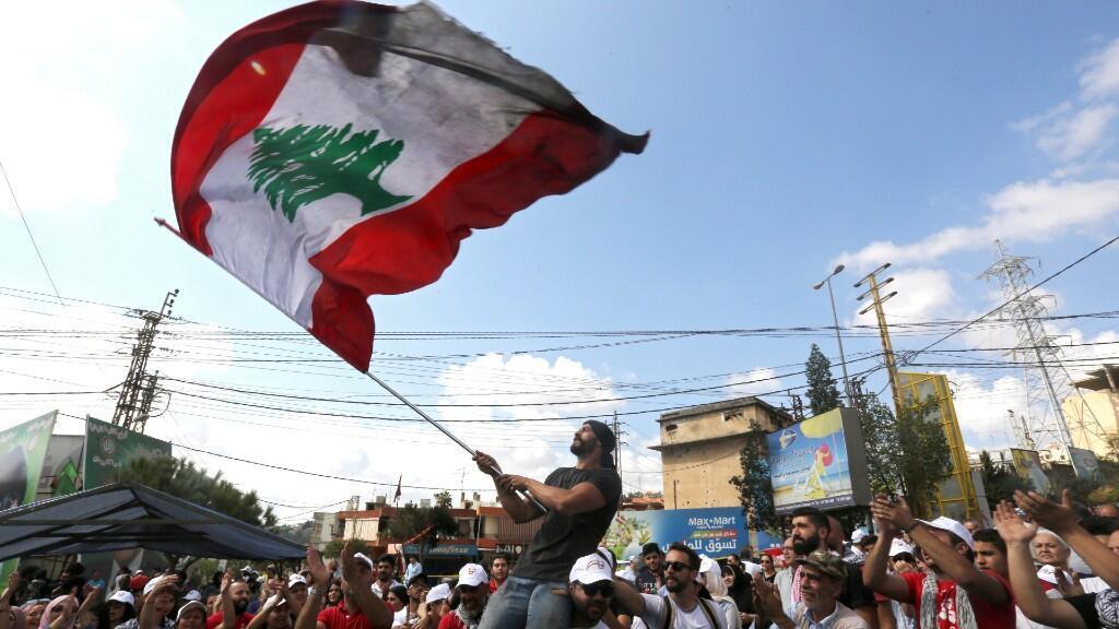 Un hombre ondea la bandera libanesa en una de las manifestaciones protagonizadas en el país. 20 de octubre de 2019.