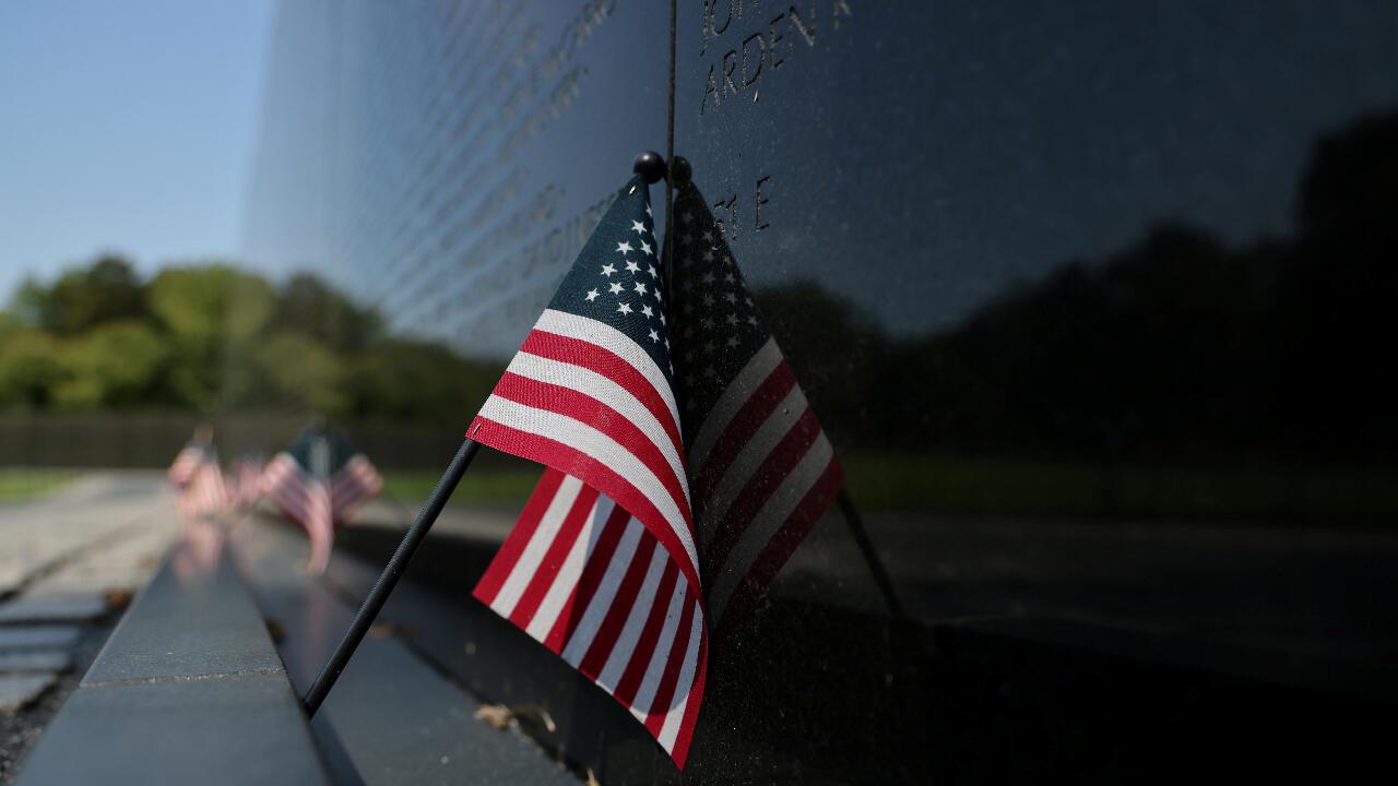 Una bandera estadounidense reposa sobre el Monumento a los caídos en la Guerra de Vietnam en Washington D. C., Estados Unidos, el viernes 4 de septiembre de 2020.