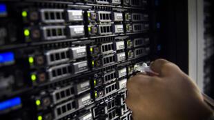 Un technicien travaille à la maintenance d'un serveur situé à Pantin, en Îl-de-France.