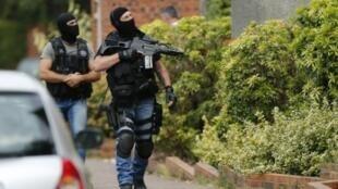 الشرطة الفرنسية تقوم بعمليات تفتيش في بلدة سانت إتيان دو روفري في شمال غرب فرنسا