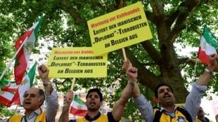 نشطاء في المعارضة الإيرانية يتظاهرون في برلين في 11 تموز/يوليو.