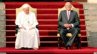 El Papa Francisco (I) y el Presidente de Perú Pedro Pablo Kuczynski se sientan juntos en la escalera del palacio presidencial en Lima, Perú, el 19 de enero de 2018.