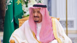الملك السعودي سلمان بن عبد العزيز أثناء لقائه مع وزير الدولة البريطاني للشؤون الخارجية دومينيك راب، في الرياض، المملكة العربية السعودية، 5 مارس/ آذار 2020.