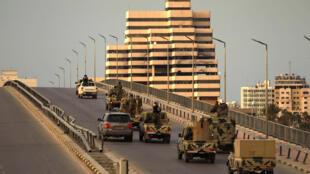 قوات موالية للمشير خليفة حفتر تجوب شوارع بنغازي (شرق) عقب إعلان حال الطوارئ لمكافحة فيروس كورونا المستجد، 21 آذار/مارس 2020.