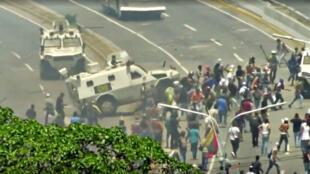 Un vehículo de la Guardia Nacional Venezolana (GNB) se lanza contra manifestantes de la oposición en Caracas, el 30 de abril de 2019.