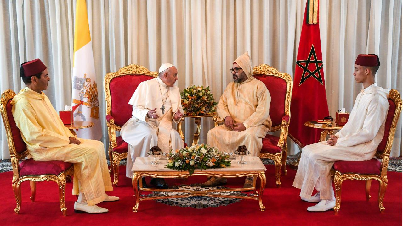 Le pape François est reçu par le roi du Maroc Mohammed VI, son fils le Prince Moulay Hassan et son frère Moulay Rachid, apr_s son arrivée à Rabat, samedi 30 mars 2019.