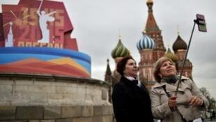 """سيدتان تلتقطان """"السيلفي"""" في الساحة الحمراء في موسكو في 30 نيسان/أبريل 2015"""