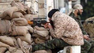 جندي ليبي يراقب شارعا في بنغازي 28 شباط/فبراير 2015