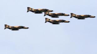 Des avion de chasse iraniens F-4 Phantom lors d'une parade militaire le 18 avril 2014