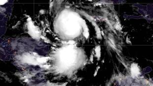 Una imagen del satélite NOAA/GOES muestra el huracán Delta sobre el mar Caribe a primera hora del 6 de octubre de 2020