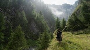 """Guido Camia offers """"Neanderthal"""" survival courses in the Italian Alps"""