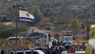 قوات الأمن الإسرائيلية وفرق الطوارىء في موقع الهجوم في مستوطنة هار أدار في الضفة الغربية المحتلة في 26 أيلول/سبتمبر 2017