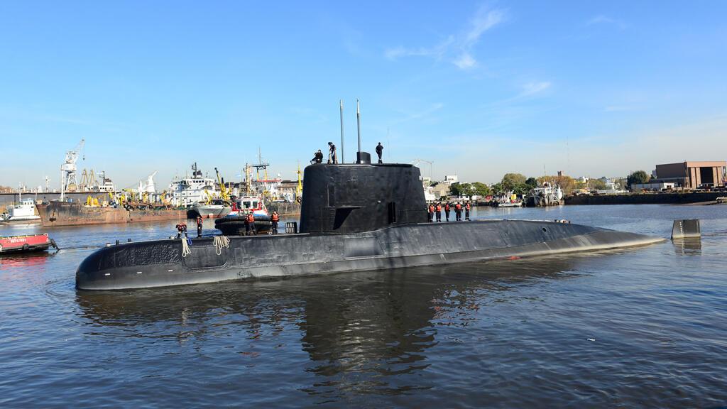 El submarino militar argentino ARA San Juan y la tripulación se ven saliendo del puerto de Buenos Aires, Argentina el 2 de junio de 2014.
