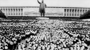 """Cuando su fundador Kim il-Sung muere en julio de 1994, Corea del Norte es un país aislado, empobrecido y relativamente insignificante en la escena mundial. Su hijo, Kim Jong-il, se convierte en el """"Presidente Eterno"""" del estado recluido."""