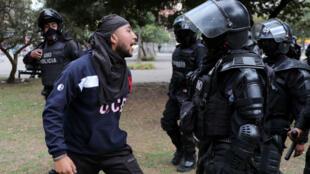 Un manifestante se encara con un agente antidisturbios en las protestas que viven Quito y otras ciudades de Ecuador. 4 de octubre de 2019.