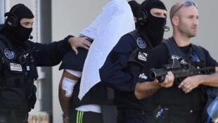 الشرطة الفرنسية تقتاد ياسين صالحي المشتبه بتنفيذ اعتداء جهادي في منطقة إيزير