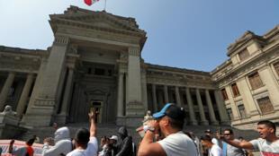 Trabajadores marchan en las afueras del Palacio de Justicia tras conocer la renuncia del presidente del Poder Judicial, Duberlí Rodríguez.