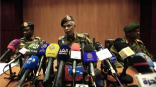 Le général Omar Zaïne al Abidine, qui dirige le comité politique du conseil militaire, à Khartoum le 12 avril 2019.