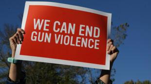 Un ciudadano porta un cartel que apela al fin de la violencia con armas de fuego, tras el tiroteo de Las Vegas. 04/10/2017
