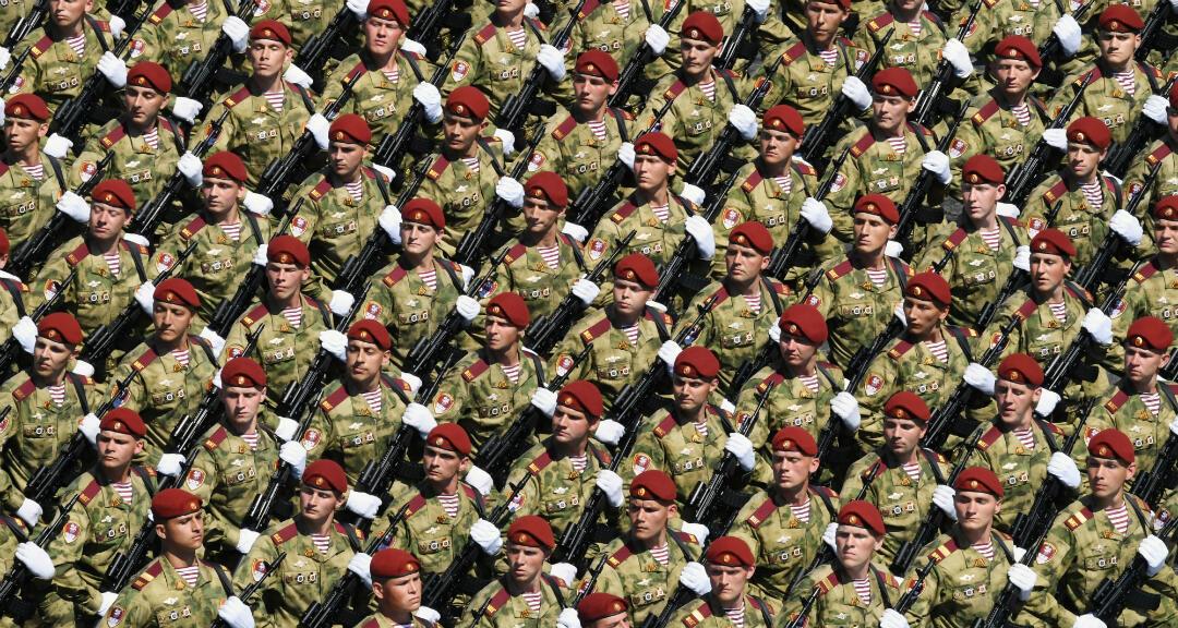 Militares en el desfile del Día de la Victoria en la plaza Roja en Moscú, Rusia, el 24 de junio de 2020.