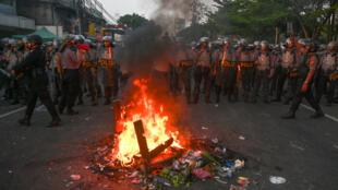 La policía antidisturbios de Indonesia se posiciona para dispersar a los manifestantes durante una protesta violenta durante la noche, cerca de la Agencia de Supervisión de Elecciones en Yakarta, Indonesia, el 22 de mayo de 2019.