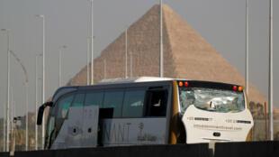 Un autobús dañado se ve en el lugar de una explosión cerca de un nuevo museo que se está construyendo cerca de las pirámides de Giza en El Cairo, Egipto, 19 de mayo de 2019.