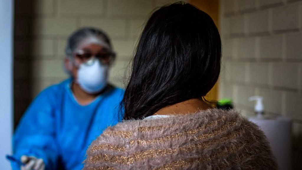 """Una mujer fue registrada a su ingreso al centro de acogida para mujeres maltratadas """"Casa de la Mujer"""", víctimas de violencia de generó durante el estado de emergencia por el COVID-19, en Lima, Perú."""