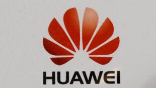 Esta imagen de archivo, tomada enero de 2013 en Las Vegas, muestra el logotipo del fabricante chino de equipos de telecomunicaciones Huawei en su pabellón de la edición 2013 de la feria CES Internacional