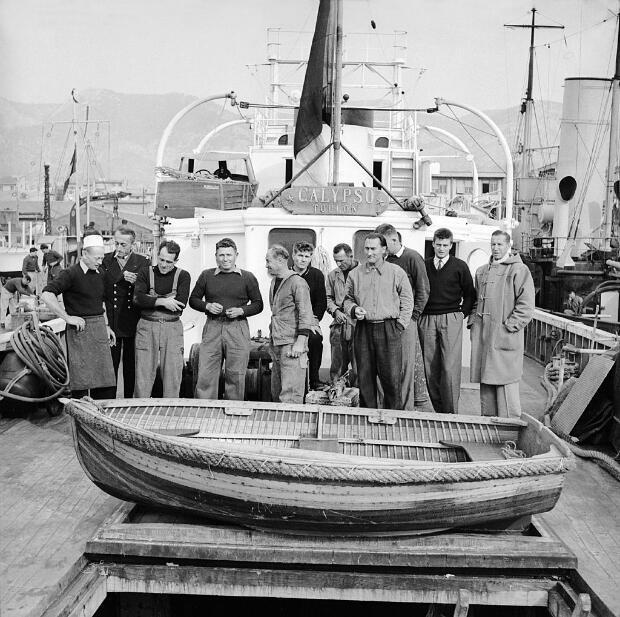 Le commandant Cousteau, deuxième en partant de la gauche, à bord de la Calypso avec son équipage en janvier 1952, après une première expédition en mer Rouge pour étudier les coraux.
