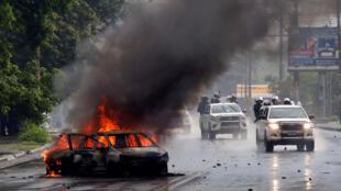 Los agentes de la policía antidisturbios acuden a enfrentar las protestas antigubernamentales en Managua, Nicaragua. 28 de mayo de 2018.