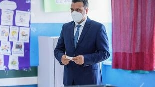 زعيم الاشتراكيين الديموقراطيين في مقدونيا الشمالية زوران زاييف يدلي بصوته في سكوبيي في 15 تموز/يوليو 2020
