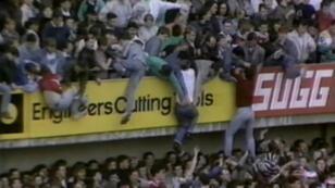 Ante el colapso de la parte baja de la tribuna y la presión que causaba la multitud, muchos aficionados buscaron la forma de escalar al siguiente nivel. Sheffield, Reino Unido, 15 de abril de 1989.