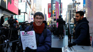 """Un hombre participa en el """"Good Riddanceday"""" triturando los malos recuerdos de 2017 en Times Square en Manhattan, Nueva York, EE. UU., el 28 de diciembre de 2017."""