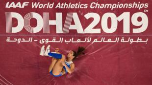 La griega Katerina Stefanidi compite en la final del salto con pértiga femenino en el Campeonato Mundial de Atletismo IAAF 2019, en el Estadio Internacional Khalifa, en Doha, Catar, el 29 de septiembre de 2019.