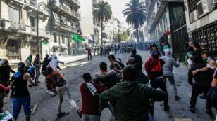 Des affrontements en marge d'une manifestation contre le régime à Alger, le 12 avril 2019.