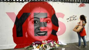 Una mujer mira el mural dedicado a Savita Halappanavar, una irlandesa que murió por complicaciones en su embarazo y por la negligencia de los médicos a realizarle un aborto. 25 de mayo de 2018.