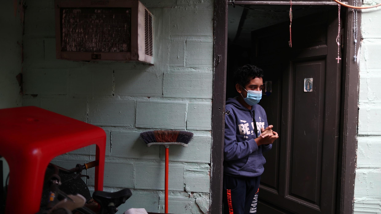 Toni, hijo de Antonio Chenarce, un panadero de 49 años, se encuentra fuera de su casa, durante la propagación de la enfermedad por coronavirus en Buenos Aires, Argentina, 2 de julio de 2020. Fotografía tomada el 2 de julio de 2020.