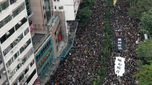 Miles de manifestantes marchan en Hong Kong para pedir la renuncia de su jefa ejecutiva Carrie Lam el 16 de junio de 2019.
