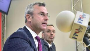 Le ministre des Transports Norbert Hofer, nouveau chef désigné du FPÖ et l'ancien ministre de l'Intérieur Herbert Kickl, lors d'une conférence de presse, le 20 mai 2019 à Vuennes.
