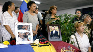 Familiares se paran junto al ataúd del legislador opositor Fernando Albán durante su velorio en Caracas, Venezuela, 10 de octubre de 2018.