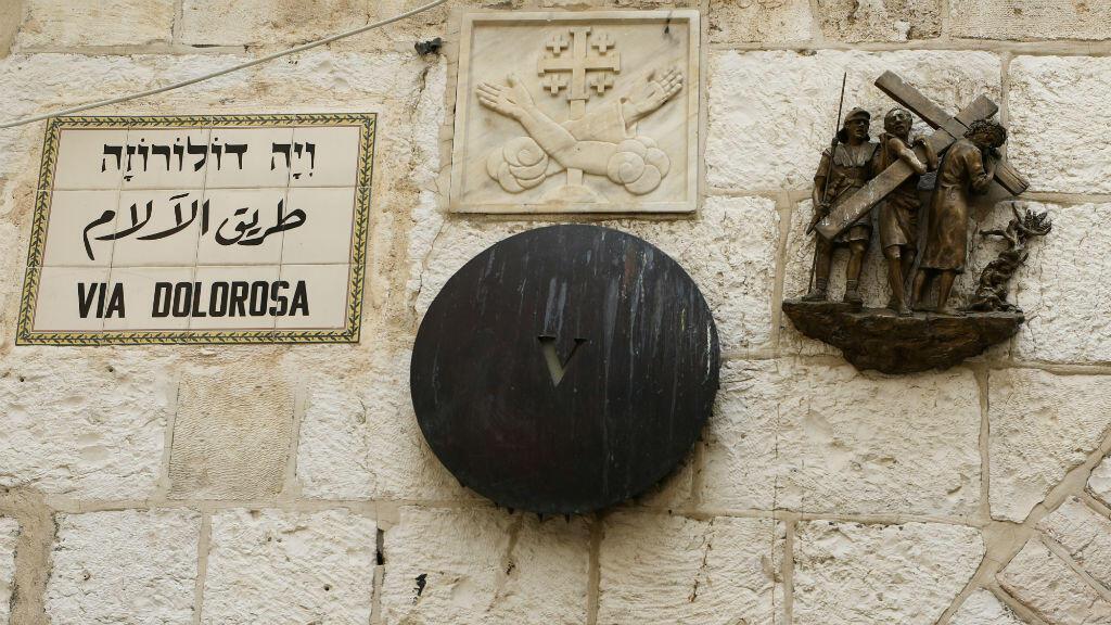 Una escultura de bronce del artista italiano Alessandro Mutto se ve en una de las Estaciones de la Cruz a lo largo de la Vía Dolorosa, en medio del brote de la enfermedad del coronavirus Covid-19 en la Ciudad Vieja de Jerusalén, el 2 de abril de 2020.