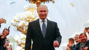 """Rusia """"se ha enfrentado más de una vez a períodos difíciles e inestables, y siempre ha sido capaz de resurgir, como si fuera un ave Fénix"""", dijo Putin en su discurso."""