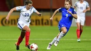 L'Anglaise Francesca Kirby (en blanc) et la Française Eugénie Le Sommer lors du quart de finale de l'Euro-2017 à Deventer, le 30 juillet 2017.