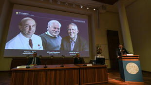 صورة الفائزين الثلاثة بجائزة نوبل للطب، البريطاني مايكل هوتن والأميركيين هارفي ألتر وتشارلز رايس، خلال إعلان اللجنة عن فوزهم الإثنين في ستوكهولم