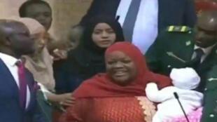 La députée Zuleika Hassan portant son bébé, entourée par les élus, a été sommée de quitter l'Assemblée nationale du Kenya.